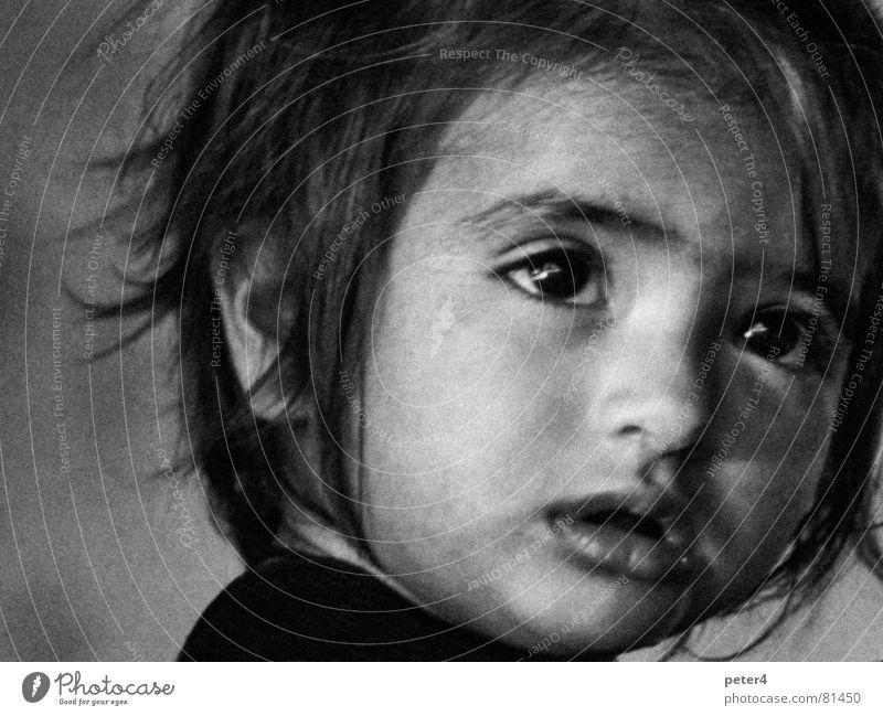 Augenblicke2 fremd analog Kind Flüchtlinge Mensch staunen Schwarzweißfoto Momentaufnahme