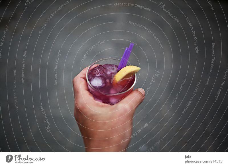cocktail Getränk trinken Erfrischungsgetränk Alkohol Longdrink Cocktail Glas Trinkhalm Feste & Feiern feminin Hand Finger lecker Farbfoto Außenaufnahme