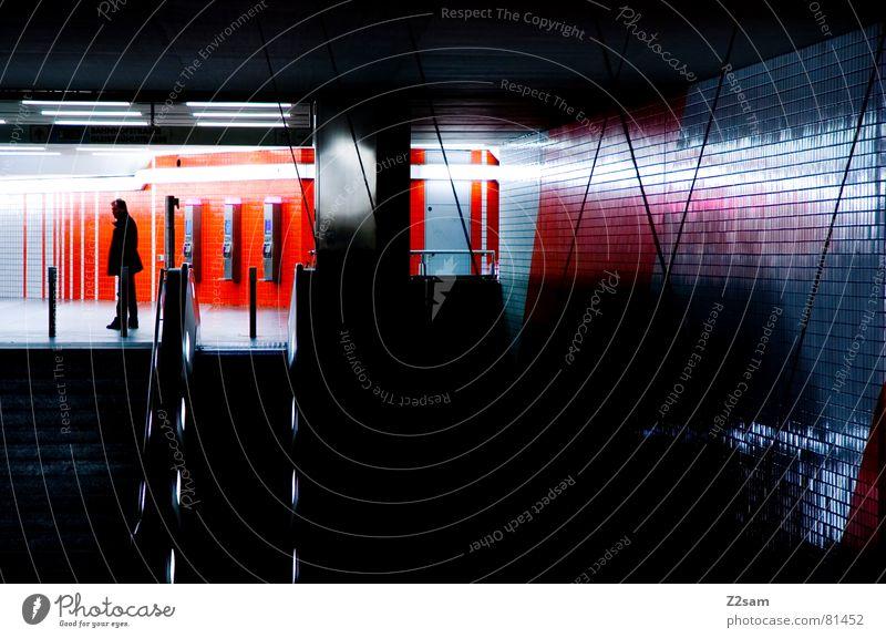 wait Mensch Mann blau Farbe Lampe Wand orange warten glänzend stehen Netz U-Bahn Bahnhof Belichtung Rolltreppe