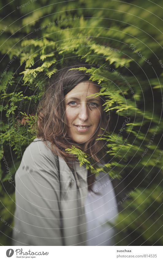 madame j Frau Junge Frau langhaarig Haare & Frisuren Porträt Außenaufnahme Sträucher Lächeln sympathisch grün