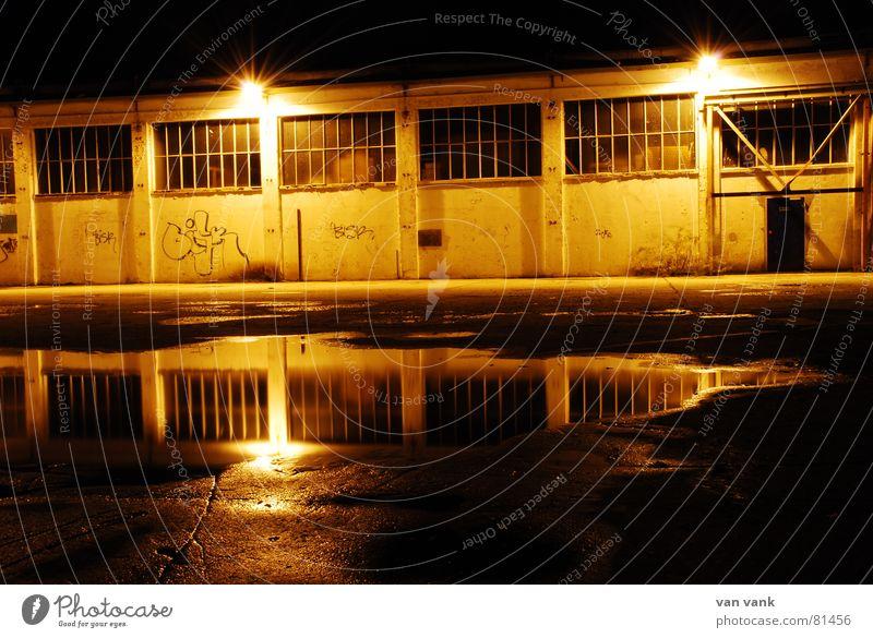 Gelbsucht Pfütze Nacht Fabrik gelb schimmern Industriebetrieb Wandmalereien Parkplatz Laterne Lampe Werkstatt Untergrund Einsamkeit Fenster dunkel Asphalt