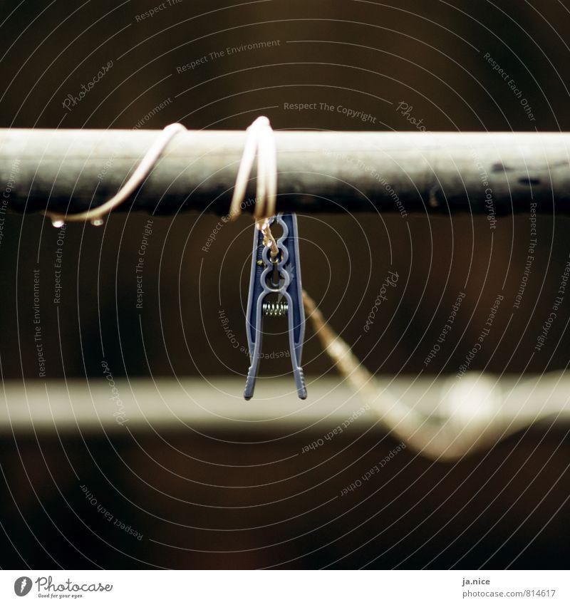 Hängen geblieben Garten Wäscheleine Wäscheklammern Haushaltsführung Regenwasser Metall Kunststoff festhalten hängen dunkel nass trist blau grau Traurigkeit