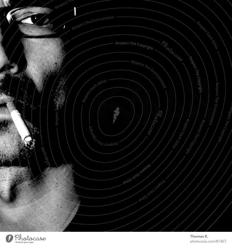 Smoking (oder™:Kills) Mann schwarz Gesicht Brille Tabakwaren Zigarette Hals Schwarzweißfoto Bildausschnitt Anschnitt ungesund Brillenträger Lunge Krebs Kehlkopf