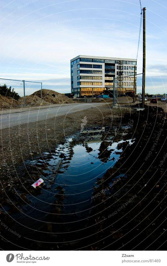 baufase Wasser Himmel blau Haus Straße Wege & Pfade Gebäude dreckig Hochhaus Erde Perspektive modern Baustelle Müll Etage Zaun