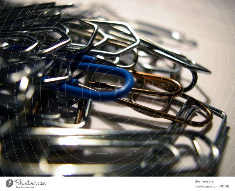 ...er ist anders... Büroklammern Makroaufnahme Nahaufnahme festhalten blau feindlilch außergewöhnlich
