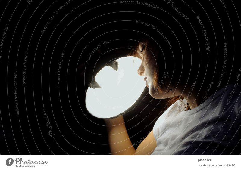 lichtblick Frau Jugendliche Gesicht schwarz Lampe grau hell Beleuchtung Arme Nase festhalten Falte grell Erkenntnis
