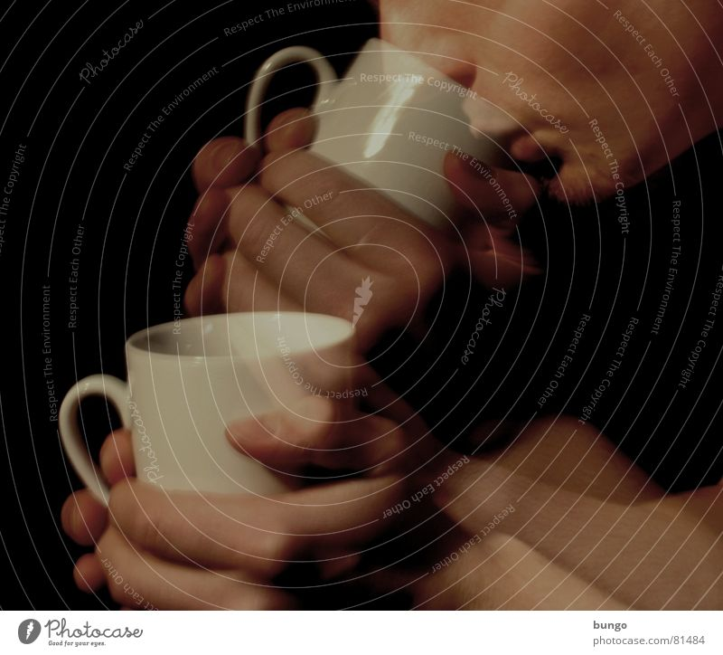 3...2...1...meins! Tasse Hand Finger edel trinken Vorfreude Koffein wach Daumen aufwachen China heiß Physik Freude Getränk heizen Langzeitbelichtung Aktion Mann