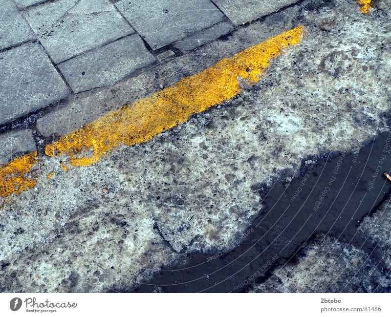 geschundenes Pflaster Wasser alt blau gelb Schnee grau Eis Linie dreckig Seil Verkehr trist kaputt Asphalt verfallen Grenze