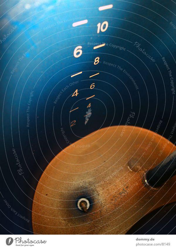 aus der Sicht des Kaffeewassers Kaffeemaschine Wasserbehälter Maßeinheit Ziffern & Zahlen Kalk Küche blau