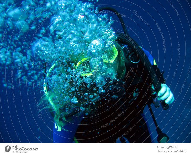 Deep exhalation Wasser Meer blau Freude Freiheit Luft tauchen Unendlichkeit tief atmen Luftblase Unterwasseraufnahme Wassersport Taucher Ägypten Sauerstoff