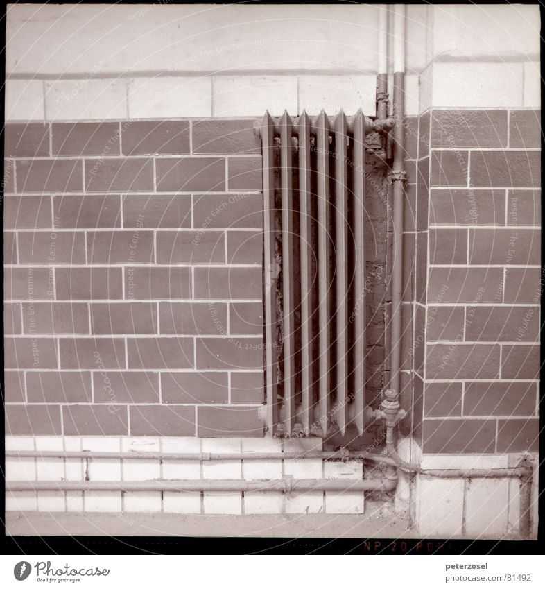 alte RIPPE Installateur Klempner Haus Ruine Heizkörper Stimmung Wand Fabrik Mauer Schornstein Fertigungsanlage Lagerhaus Trennwand Einfamilienhaus Besitz