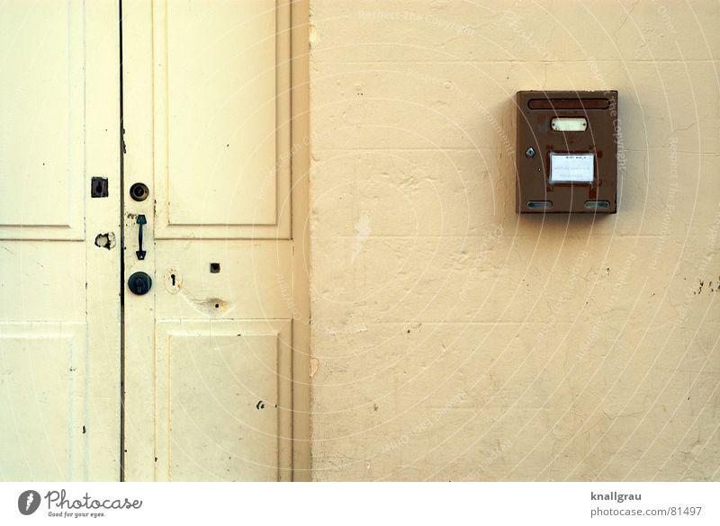 Wenn der Postbote zweimal, äh, klopfen muss Haus gelb Wand Leben Mauer Gebäude Holz Stein braun Wohnung Tür Häusliches Leben Armut geschlossen Kommunizieren