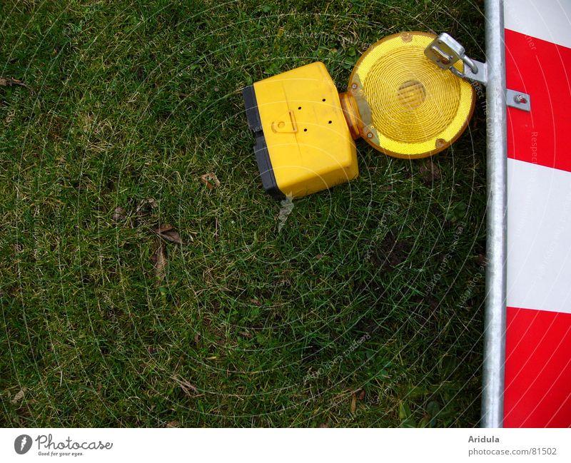 baustelle_01 grün rot gelb Lampe Wiese Sicherheit Rasen Baustelle Verkehrswege Barriere Warnhinweis Straßennamenschild Warnschild