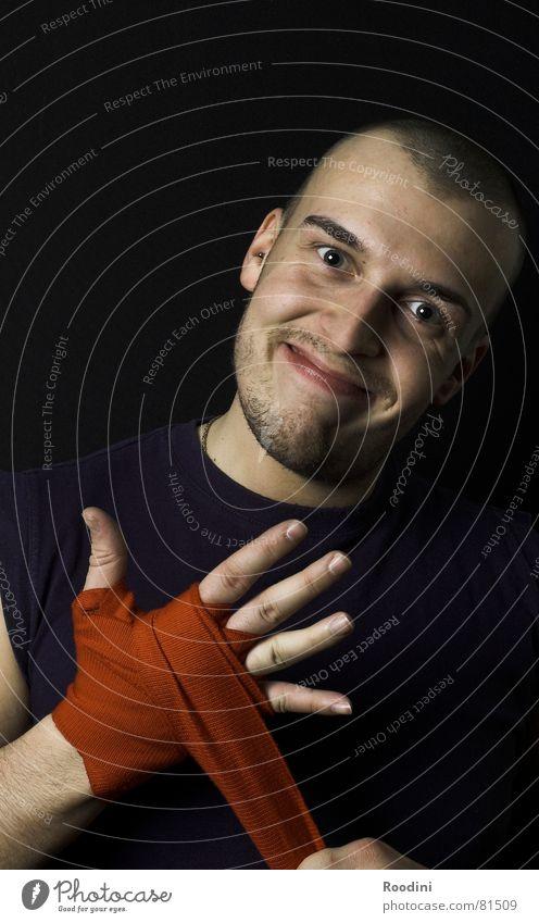 es wird gleich ein wenig wehtun Hand Gesicht Sport lachen Erfolg Kreis Finger rund Schmerz Gesichtsausdruck Jahrmarkt Gewalt Sport-Training Sportler grinsen