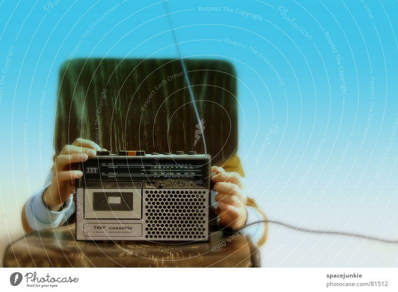 Turn on the radio Hand blau Spielen hell Musik Beleuchtung Stuhl schreiben verstecken Radiogerät Radio Sitzgelegenheit Tonband Antenne Lied Musikkassette