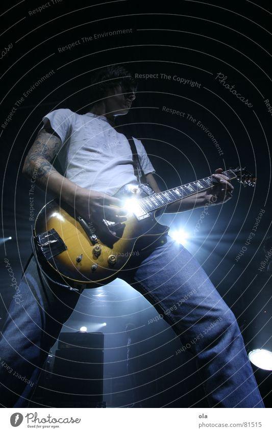Taste Of Chaos Mann blau Spielen Musik hell Beleuchtung maskulin stehen Jeanshose Teile u. Stücke Konzert Band Rockmusik Bühne Gitarre Tattoo