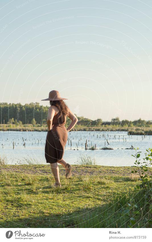 Am See II Mensch Frau Natur schön grün Sommer Landschaft Erwachsene feminin Gras natürlich See gehen braun Horizont Schuhe