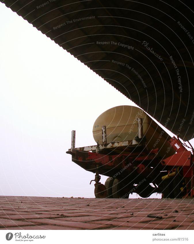 Landwirtschaft dient allen diagonal Wellblech Gegenlicht Rost Verfall Silhouette Vordach Dach Bauernhof verfallen Zahn der Zeit Wagen Blechdach