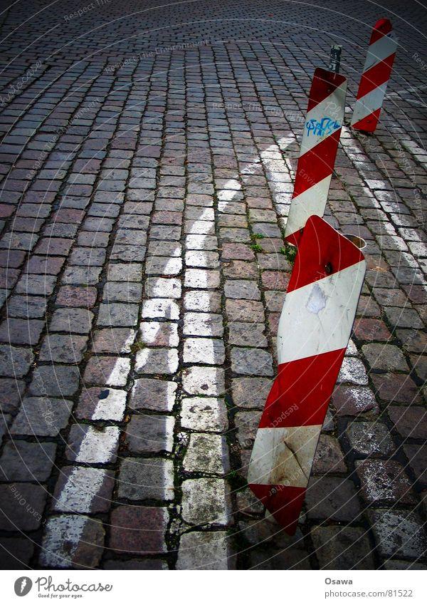 irgendwo in Moabit rot gestreift diagonal quer Streifen Fahrbahn Kopfsteinpflaster Linie Hinweisschild Verkehrswege Schilder & Markierungen Straße verrückt