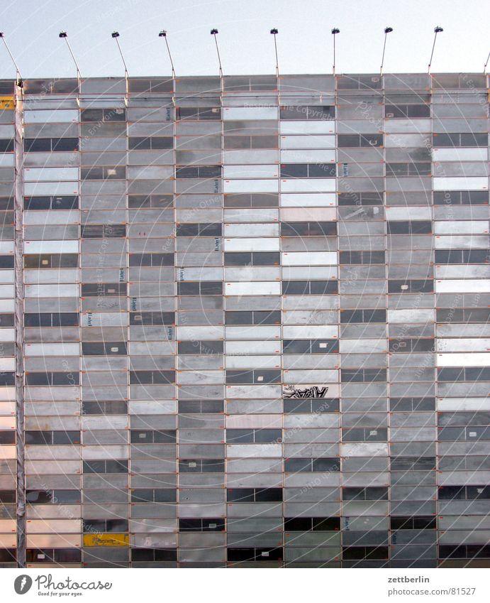 Fassade Städtebau Seite Postmoderne Haus Lampe Block Gebäude Fenster Patchwork Berlin baukultur Beleuchtung dreckig Architektur grau trist Plattenbau