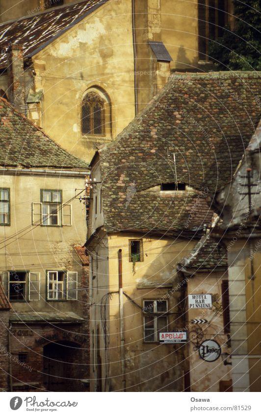Sibiu / Hermannstadt I Rumänien Siebenbürgen Europa Kultur Gebäude Dach Stadt Straßennamenschild Fenster Mitte Fensterbrett Bauwerk Abendland 2007 historisch