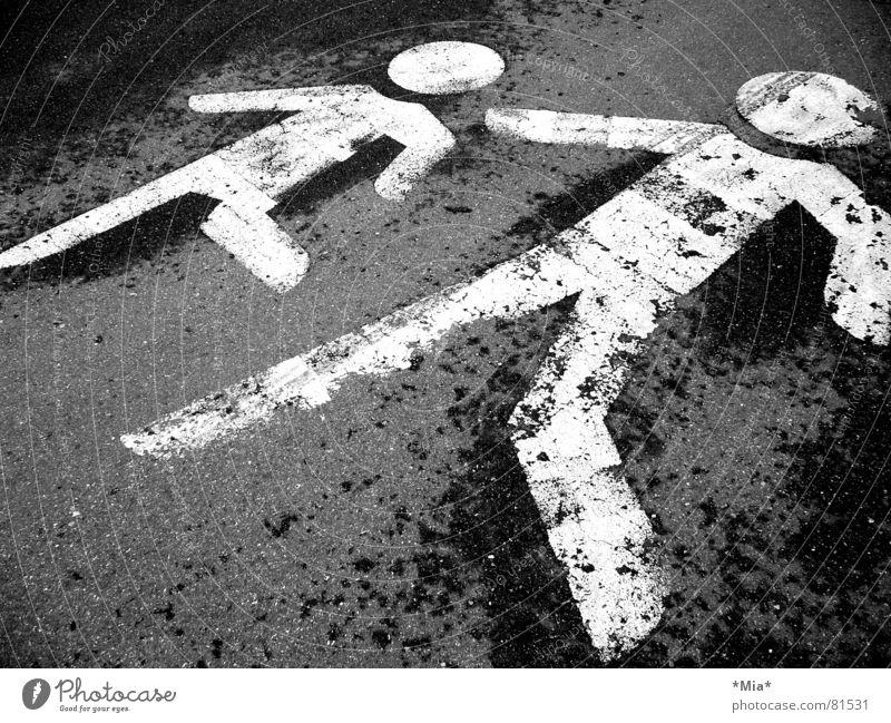 Vorsicht! Kinder auf der Straße Mensch Kind schwarz Straße grau Wege & Pfade 2 dreckig nass Verkehr gefährlich bedrohlich Asphalt Verkehrswege Fußgänger Vorsicht