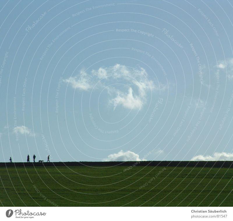 Sonntags-Spaziergang I Horizont Wiese grün gehen Alm Aussicht Spazierstock Bergwiese Frieden Himmel blau Mensch ereignishorizont