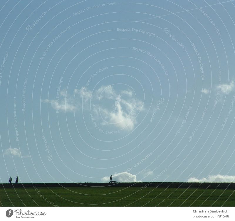 Sonntags-Spaziergang II Horizont Wiese grün gehen Alm Aussicht Spazierstock Bergwiese Frieden Himmel blau Mensch ereignishorizont