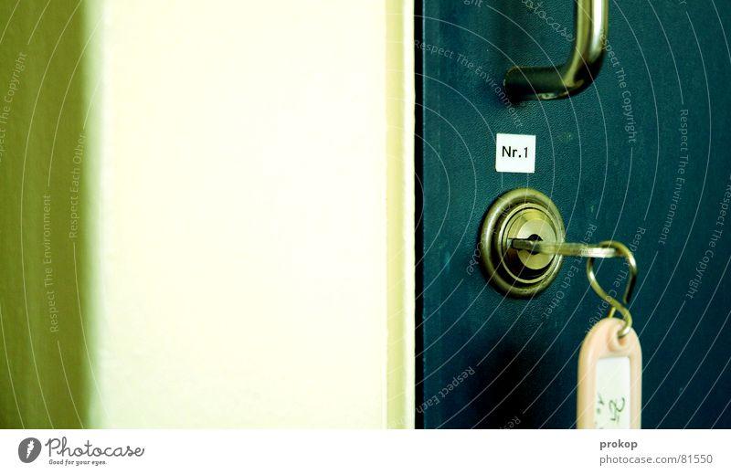 Schrank des Patienten Nr. 1 Schlüssel Griff Schlüsselanhänger Etikett Ziffern & Zahlen schließen Schlüsselloch Adjektive Handgriff drehen Möbel Hinweisschild
