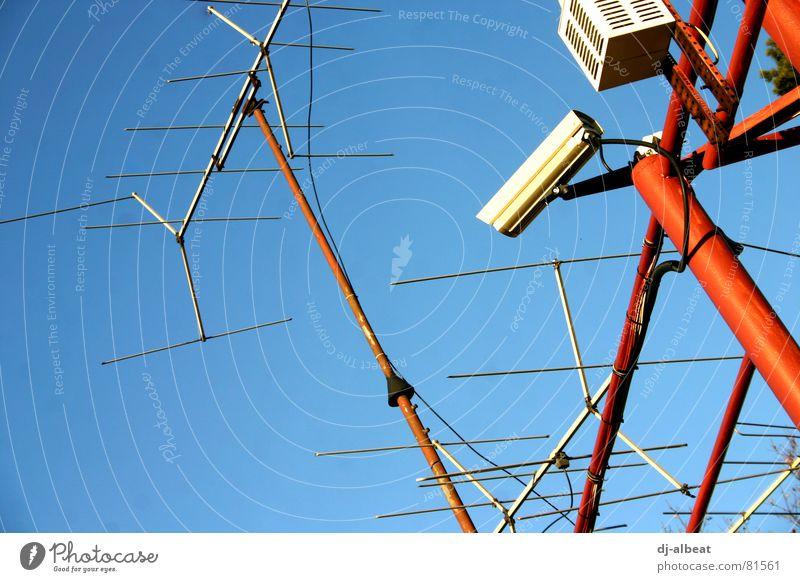 watching you Himmel blau rot Metall Macht Fotokamera hören Videokamera Antenne Überwachung Radarstation Überwachungsstaat Überwachungskamera Überwachungsgerät