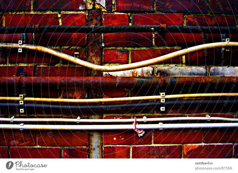 Kabel Wasser Wand Tod Mauer Energiewirtschaft Elektrizität Kabel Technik & Technologie Güterverkehr & Logistik Backstein Handwerk Kopfsteinpflaster Leiter Gas Leitung Draht