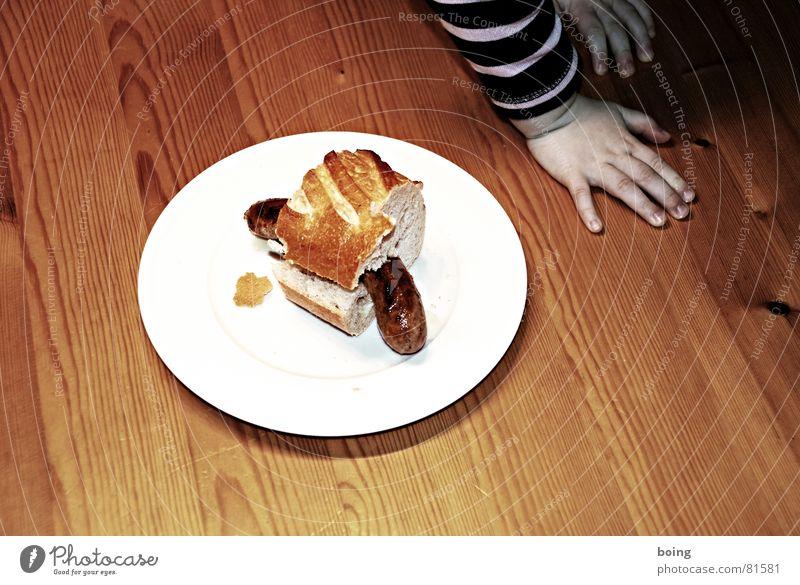 Alles hat ein Ende nur die Wurst hat zwei Ernährung Tisch Gastronomie Teller Fleisch Fingernagel Wurstwaren Bratwurst Fastfood Snack verputzen Baguette Brot Belegtes Brot Jahresringe spachteln