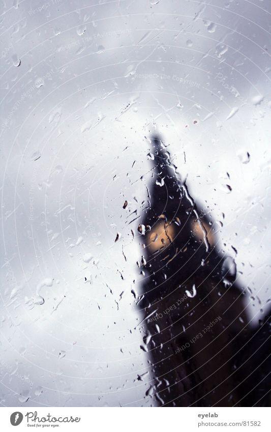 Regenzeit Zeit Uhr Wolken Fenster Gebäude Haus nass grau gelb Licht Herbst Himmel Bahnhof Wetter Gotteshäuser look up railway station time vorbei fahren