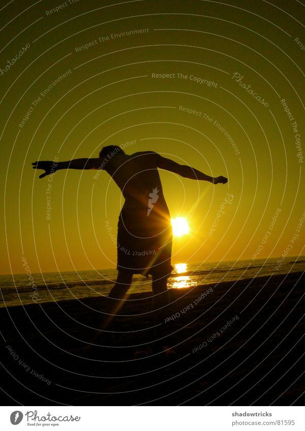 LETZTE STRAHLEN Mensch Himmel Wasser grün rot Sonne Meer Strand Freude Farbe Wolken gelb Spielen Gefühle Freiheit Bewegung