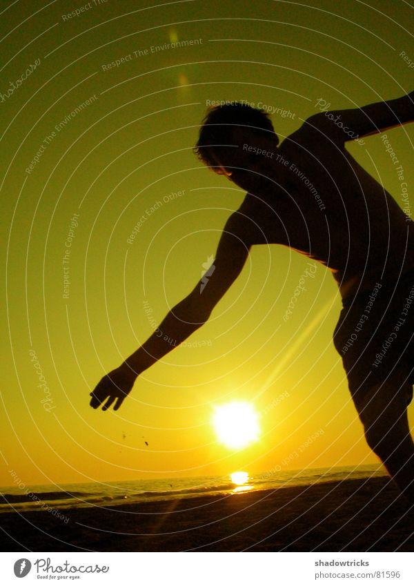 DIE SONNE ZUR SEITE Mensch Himmel Wasser grün rot Sonne Meer Strand Freude Farbe Wolken gelb Spielen Gefühle Freiheit Bewegung