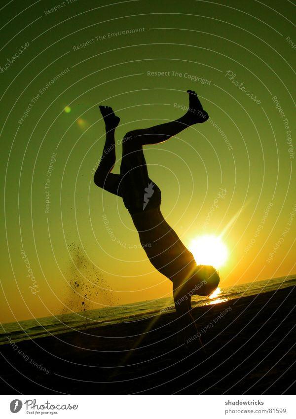 SANDHANDSTRAND Mensch Wasser Himmel Sonne Meer grün rot Freude Strand Wolken gelb Farbe Sport Gefühle springen Spielen