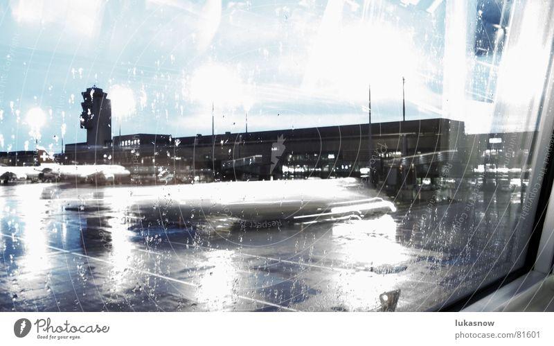 Kalter Regenmorgen schieben Langeweile kalt grau bleich Reflexion & Spiegelung Flugzeug nass Flughafen Luftverkehr warten Bewegung kontrollturm Fensterscheibe