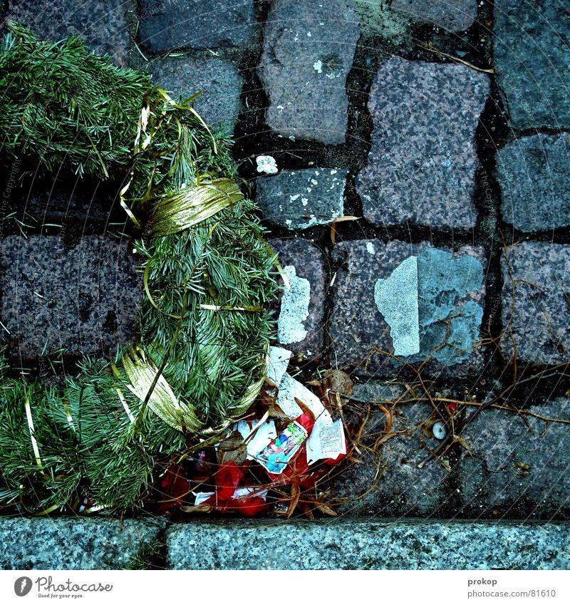 Geschafft! Weihnachten & Advent Freude Leben Feste & Feiern liegen Trauer Ende Silvester u. Neujahr Tanne Feuerwerk Kopfsteinpflaster Alkohol Verzweiflung Sorge
