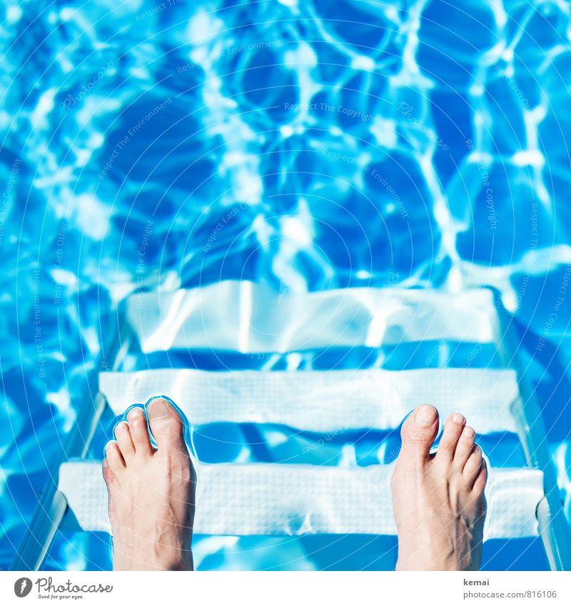 Ich steh auf Wasser! Mensch Ferien & Urlaub & Reisen blau Sommer Leben hell Fuß Freizeit & Hobby glänzend Treppe Wellen Tourismus stehen Schwimmbad Sommerurlaub