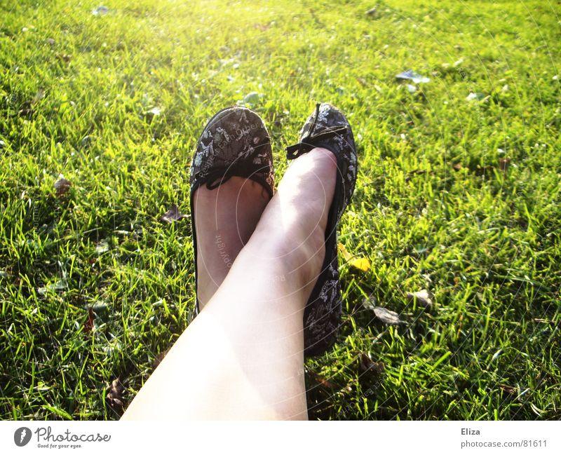 Ballerinas schön Haut Nagellack Sommer Sonnenbad Frau Erwachsene Beine Fuß Frühling Schönes Wetter Wärme Gras Park Wiese Schuhe Schleife weich grün Glätte Rasen