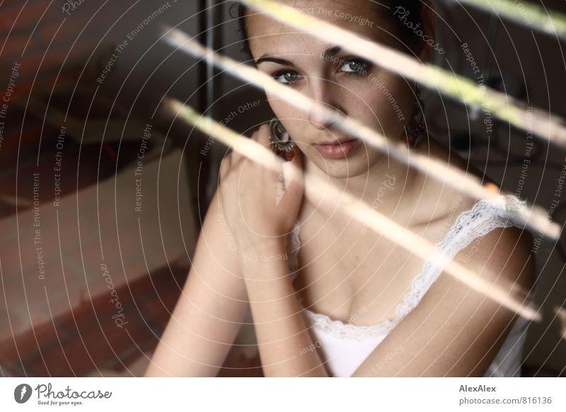 Spiegelstrich Junge Frau Jugendliche Gesicht Dekolleté 18-30 Jahre Erwachsene Unterhemd Ohrringe schwarzhaarig Glas beobachten Blick sitzen ästhetisch dünn