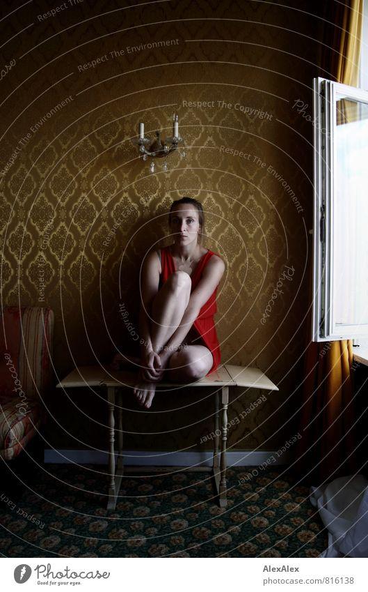 allein Junge Frau Jugendliche Beine Fuß 18-30 Jahre Erwachsene Hotelzimmer retro Retro-Farben Tapetenmuster Tisch Fensterscheibe Wandleuchte gemütlich Kleid