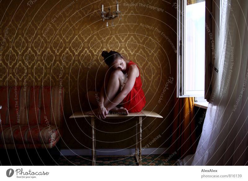 rot Jugendliche schön Einsamkeit Junge Frau 18-30 Jahre Fenster Erwachsene Traurigkeit feminin außergewöhnlich Beine träumen gold sitzen warten