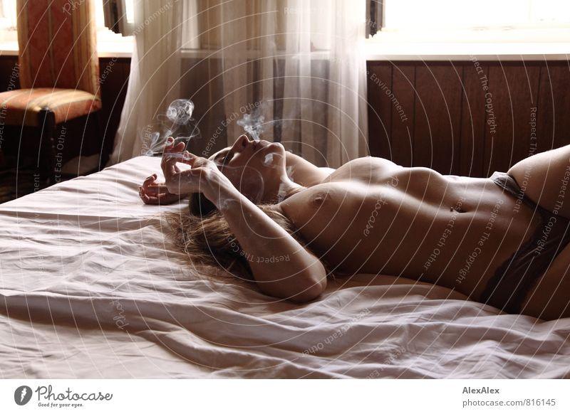 Wie sähe diese Szene mit Apfel anstatt Zigarette aus? Hotelzimmer Bett Gardine Junge Frau Jugendliche Gesicht Frauenbrust 18-30 Jahre Erwachsene Frauenunterhose