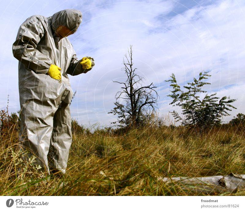 grau™ - ständer im wald gelb grau-gelb Anzug rot Gummi Kunst dumm sinnlos ungefährlich verrückt lustig Freude Ständer Baum Wolken Gras Sträucher Himmel