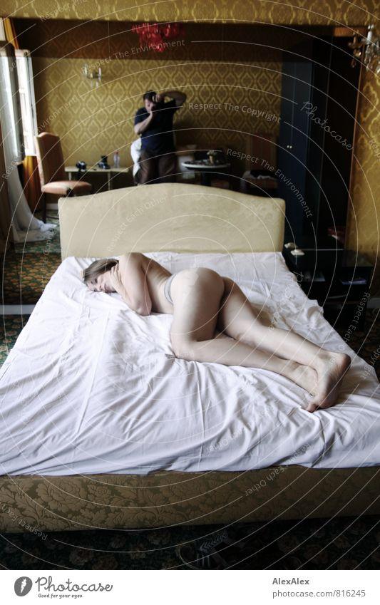 Akt mit Knipser Hotelzimmer Bett Tapetenmuster Junge Frau Jugendliche Mann Erwachsene Körper Gesäß Beine 18-30 Jahre 30-45 Jahre Fotograf Model Making of