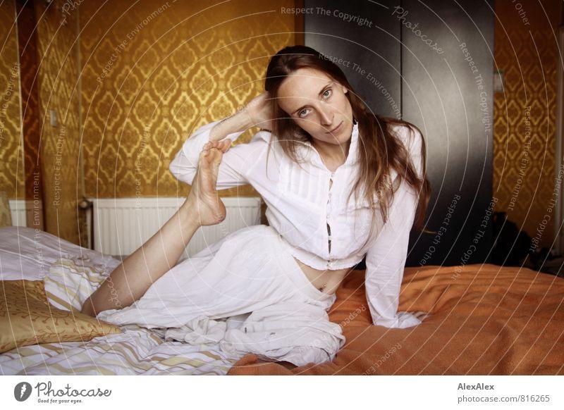 kein Fußfetisch Junge Frau Jugendliche Kopf Beine 18-30 Jahre Erwachsene Tapetenmuster Siebziger Jahre Bettwäsche Hotelzimmer T-Shirt Rock Barfuß brünett