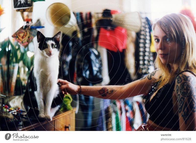 katzen Katze Frau Kleid schön Licht fixieren Dame aufregend Bekleidung attraktiv Punk Hauskatze Stadtbewohner blond Tattoo Junge Frau Originalität Tracht