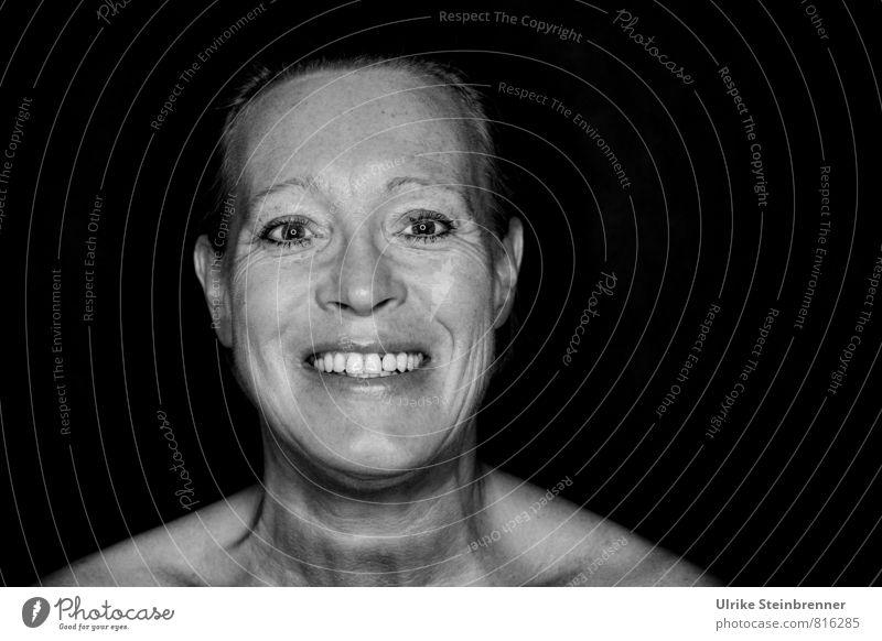 Ältere Frau lächelt fröhlich in die Kamera Mensch feminin Erwachsene Weiblicher Senior Leben Kopf 1 45-60 Jahre alt lachen leuchten authentisch Fröhlichkeit