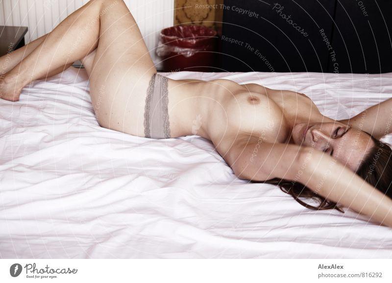 Szene 1 Hotelzimmer Bett Junge Frau Jugendliche Frauenbrust Gesäß Beine Sommersprossen 18-30 Jahre Erwachsene Frauenunterhose Barfuß liegen träumen ästhetisch